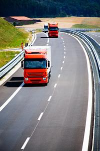 Seitenbild LKWs auf der Autobahn